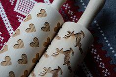 Nydelig kjevler!🥧 Håndlaget💖💖 Lag de fineste kjekser, lefser og marsipanlokk med mønster🍪🍪 Alt som kan kjevles, blir fint med mønster! Treverket er viktig for at kjevle skal holde seg fint og hardt nok til kjevling.Vaskes med bare vann og om de blir tørre etter mange gangers bruk, smør kjevlet med matolje! *Kjeve er 39 cm lange inkl skaft. diameter på 7 cm Selve kjevlet er 20 cm Hygge, Napkin Rings, Home Decor, Decoration Home, Room Decor, Home Interior Design, Napkin Holders, Home Decoration, Interior Design