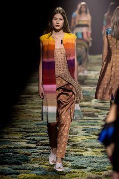 Dries van Noten – Fashion Trend Rainbow: Kunstvolle Farbflashs sind jetzt auf Kleidung und Accessoires zu sehen. Trauen sie sich doch an ein farbgewaltiges Stück mit Blickfang-Garantie. Rainbow-Styles zum Nachshoppen gibt es hier.