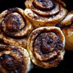 Mmmm, cinnamon rolls (kaneelbroodjes): dat zijn toch echt wel één van mijn favoriete baksels. Alleen, sinds ik suikervrij eet heb ik ze niet meer kunnen eten. Ik ben al maanden op zoek naar hét perfecte recept voor deze zoete schatjes dat geschikt is voor mij. Ik heb nogal...