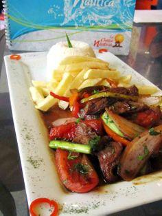 Comida marina y criolla en La Choza Nautica de Lince en Lima, Perú. Peruvian seafood and typical food in La Choza Nautica restaurant in Lince, Lima, Peru. http://www.placeok.com/la-choza-nautica-es-solo-comida-marina-es-mucho-mas/ #lomosaltado