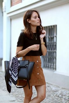 Want to know How to wear a suede skirt ? Find 15 outfit ideas in… Mode Outfits, Fall Outfits, Casual Outfits, Fashion Outfits, Fashion Trends, Brown Skirt Outfits, A Line Skirt Outfits, Jeans Fashion, Fashion Hacks
