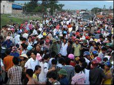 Thêm một nạn nhân tử thương do trúng đạn trong vụ dân đụng độ với cảnh sát tại công trường nhà máy hóa dầu Nghi Sơn, Thanh Hóa.    tin180.com/wp-content/blogs.dir/2/files/2010/05/Them-nguo...    Nhiều trăm người dân xã Tĩnh Hải tụ tập p http://maylocnuoc.biz.vn/may-loc-nuoc-ro.html