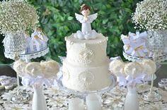 Bolo branco batizado no tema anjos com Biscuit de anjinho