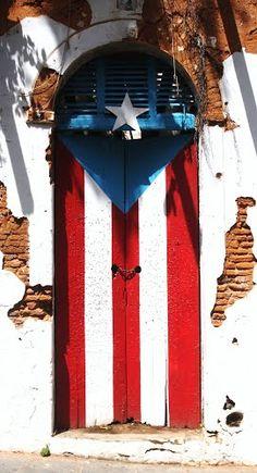 Este hermoso mural en la puerta de un edificio abandonado, en la calle San José de mi viejo San Juan, es la expresión más pura que un pueblo como el nuestro, ofrece al visitante. Atrévete a tocar a nuestra puerta, en el interior hallarás a la patria tuya y mía.  Por: Ricardo David Jusino Rosario