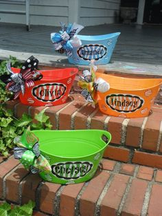 The site is Etsy so it doesn't have directions to make BUT, These buckets are cheap like 2.00 Then I'm assuming you can print names and circles on sticker paper, Make a bow. Super cute for Birthdays and Baby showers!