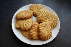 Vanilla Biscuits Recipe by SizakeleD Vanilla Recipes, Baking Recipes, Cookie Recipes, Biscuit Bar, Biscuit Recipe, Vanilla Biscuits, African Braids, Vanilla Essence, School Holidays