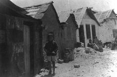 Εικόνες από τις πρώτες εγκαταστάσεις στους συνοικισμούς γύρω από την Αθήνα. Προσωρινές λύσεις που έμελλαν να τηρηθούν για αρκετά χρόνια. Φωτο: Μεγαλοκονόμος Μανώλης
