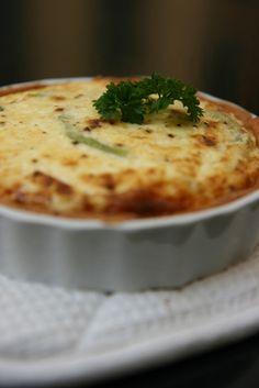 Gluteeniton quich on maukas iltapala salaatin kera.