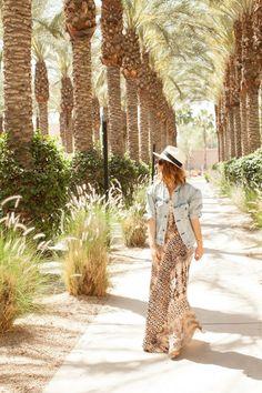 Cheetah is the New Black glisse une jolie veste en denim sur sa maxi robe léopard à Palm Springs