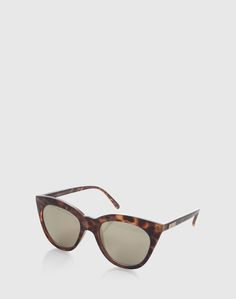 Ihre dezente Schmetterlingsform und die großen Gläser machen die Sonnenbrille von Les Specs zum echten Fashion Piece. Durch das leichte Material ist das Accessoire herrlich praktisch.
