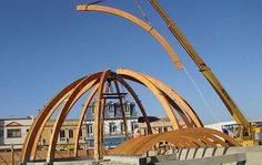 Curve bending before fabricate into truss Wooden Garden Swing, Wooden Arbor, Prefabricated Structures, Dome Greenhouse, Greenhouse Ideas, Wood Truss, How To Bend Wood, Roof Trusses, Wood Architecture