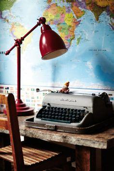 Map, red lamp and typewriter. Mapa, làmpara vermella i màquina d'escriure My Home Design, House Design, Home Office, Vintage Typewriters, Globes, Desk Lamp, Ikea Lamp, Interior Inspiration, Decoration