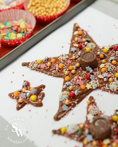 Chocolate Star Christmas Tree - Easy edible decorations for Children Chocolate Stars, Christmas Chocolate, White Chocolate, Christmas Baking, Christmas Tree, Graze Box, Chocolate Garnishes, Tray Bakes, Gingerbread Cookies