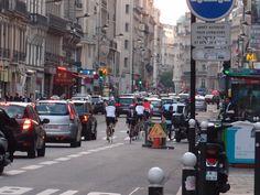 Cycotouristes+:+Il+est+rare+de+croiser+dans+Paris+un+peloton+de+cyclotouristes,+ceux-là+tout+équipés+comme+pour+une+longue+échappée+sur+route.+Pourtant+nous+étions+près+des+Champs-Élysées. Je+sortais+du+travail.  [mercredi+23+mai+2012+20:25] 301112+1602+|+gilda_f