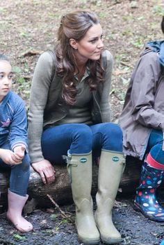 Kate Middleton Style File: June 2012 Kate Middleton pairs a khaki Zara jumper with a Burberry shirt and wellies by Le Chameau for a visit to the Margaret McMillan House in Kent on 17 June Kate Middleton Outfits, Kate Middleton Stil, Estilo Kate Middleton, Princesa Kate Middleton, Estilo Preppy, Mein Style, Country Fashion, Royal Fashion, Duchess Of Cambridge