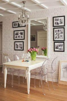 sala pequena com mesa de jantar e cadeiras de acrílico