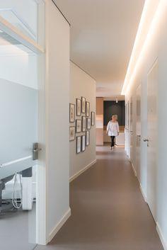 Zahnarztpraxis Berlin by fl!nk.architekten | zahnarztpraxis | dental | flur | lichtvoute | glastür