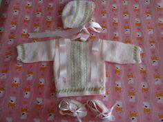 Traje de niña, compuesto de gorrito, chaqueta y patucos.