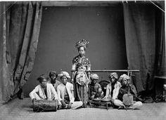 Protret sebuah kelompok pertunjukan Ronggeng Betawi. Diabadikan sekitar tahun 1875-1885 oleh Woodbury & Page (Fotostudio)