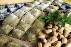 Ravioli di ricotta e pistachi alla menta Miętowe ravioli z ricottą i pistacjami Mint ravioli with ricotta and pistachios