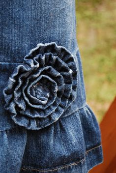 Craftaholics Anonymous denim skirt makeover TUTORIAL and denim distressing tips old jeans upcycle Jean Crafts, Denim Crafts, Sewing Hacks, Sewing Tutorials, Sewing Patterns, Techniques Couture, Sewing Techniques, Denim Flowers, Fabric Flowers