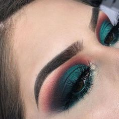eyeshadow looks Get The Halo Eyeshadow Look With These Tips & Gorgeous Inspo Halo Eye Makeup, Makeup Eye Looks, Eyeshadow Looks, Glam Makeup, Makeup Inspo, Eyeshadow Makeup, Eyeshadows, Hooded Eyes Eyeshadow, Brown Eyes Makeup