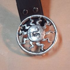 474cf2f676a9 Joli ceinturon en cuir véritable de très belle qualité. Boucle originale en  forme de soleil, en métal argenté