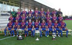 Plantilla del Football Club Barcelona, temporada 2011/2012, el primero sentado de Der. a Izq. el Mexicano Jonathan Dos Santos.