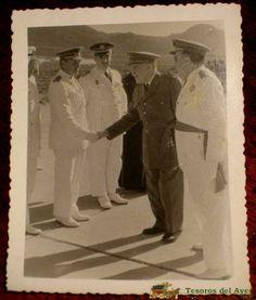 lote_GUERRA DE IFNI - EL GENERAL MARIANO GOMEZ DE ZAMALLOA, GOBERNADOR GENERAL DE SIDI IFNI, LAUREADO DEL PINGARRON Y EL HEROE DE LA DIVISION AZUL, JUNTO CON OFICIALES - REVERSO CON SELLO DE FOTO VELAZQUEZ 12 DE OCT 1957 - REGULARES, (595×700)