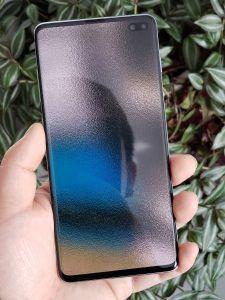 The hole-punch design camera cutouts on the Samsung Galaxy and Galaxy plus are something either users love or hate Best Wallpapers Android, Oneplus Wallpapers, Galaxy Phone Wallpaper, New Wallpaper, Avengers Wallpaper, Ankle Tattoo, Hole Punch, Homescreen, Hate