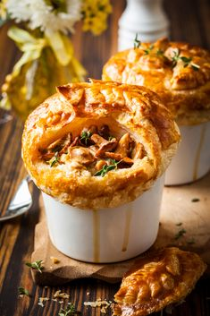 This chicken pot pie with mushrooms is a great recipe for individual dinners. With the right portions and the great ingredients you can have a delicious meal. Bacon Pie, Puff Pastry Appetizers, Puff Pastry Dough, Mushroom Chicken, Mushroom Pie, Vegas, Mushroom Recipes, Rotisserie Chicken, Chicken Recipes
