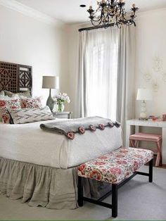 Una forma de realzar la vista de tu cama y darle mucho estilo es utilizando las faldas decorativas para colchón