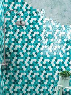 Interno doccia con piastrelle esagonali Cerasarda, colore turchese mix.