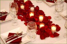 Como decorar una mesa con petalos de rosas y velas
