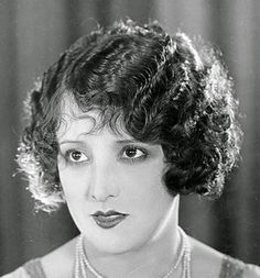 1920s Hairstyle- The Bob:http://www.annanuttall.com/1920s-hairstyle-the-bob/