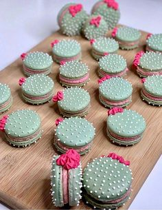 These cactus macarons are hysterical. Perfect for a fun and spunky br… Umm hello! These cactus macarons are hysterical. Perfect for a fun and spunky bridal or baby shower. Cactus macarons 🌵 by Custom color of icing and shells using Macaroon Recipes, Dessert Recipes, Cookie Recipes, Mini Cupcakes, Cupcake Cakes, Dress Cupcakes, Cactus Cake, Cactus Cactus, Cactus Cupcakes