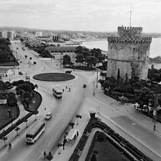 Old White Tower's square. Greece Pictures, Old Pictures, Old Photos, Greece History, Macedonia Greece, Us Sailing, History Of Photography, Thessaloniki, Greece Travel