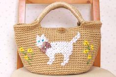国産(コクヨ)の麻紐で編んだマルシェバッグです。底は円形になっています。アクリルの毛糸で、白いねこと春の黄色いお花を入れてみました。また、バッグ背面から前面ま...|ハンドメイド、手作り、手仕事品の通販・販売・購入ならCreema。