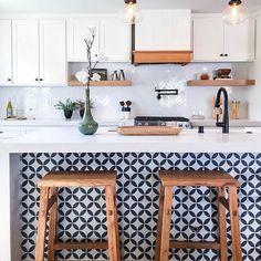 #CheapHomeDecorStores Eclectic Kitchen, Boho Kitchen, Farmhouse Kitchen Decor, Kitchen Tiles, Kitchen Flooring, Kitchen Interior, New Kitchen, Moroccan Kitchen, Kitchen Counters