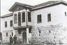"""ANKARA-Sakarya Savaşı'nda Batı Cephesi Komutanlığı Alagöz Köyünü """"Cephe Karargahı"""" olarak seçmiş, köy halkından Türkoğlu Ali Ağa'ya ait büyük konağa yerleşmişti. Atatürk, 23 Ağustos 1921'den 13 Eylül 1921 tarihine kadar 22 gün, 22 gece aralıksız devam eden Sakarya Meydan Savaşı'nı bu binadan idare etmiş, bütün planlarını bu binada hazırlamış, tarihi kararlarını burada vermiş."""