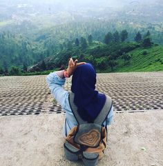 . . . . . . . . . . . . . . . . . #rannyulianti #arroundtheworld #puncak #bogor #hijabtraveler #ransel #viewpoint #landscape #green #blue #sky #kebunteh #paralayang #like4like #babyg #peach #watch #peace #love #happy by rannyulianti