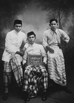 Foto studio menyambut hari raya Idul Fitri, di Kota Palembang, yang jatuh pada tanggal 17 Juni 1920