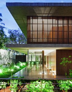 Casa Toblerone boxes its two floors sandwiched between two thick slabs of concrete http://www.homedesignfind.com/architecture/casa-toblerone-in-sao-paulo-brazil/?utm_content=buffer43af9&utm_medium=social&utm_source=pinterest.com&utm_campaign=buffer #Brazil