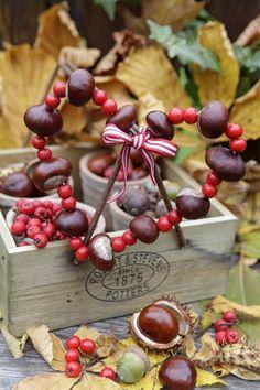 Mit Kastanien hübsche Deko basteln - - Mit Kastanien hübsche Deko basteln Herbstdeko For those who like to be creative, autumn is the best season. We present you the most beautiful handicraft ideas with acorns and chestnuts. Diy Crafts Love, Easy Fall Crafts, Crafts For Teens To Make, Fall Crafts For Kids, Creative Crafts, Diy For Kids, Summer Crafts, Kids Crafts, Glands