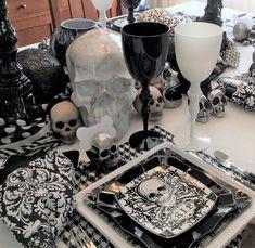 Chic Halloween, Halloween Kitchen, Halloween Season, Halloween Themes, Halloween Decorations, Halloween 2019, Table Decorations, Halloween Table Settings, Black Napkins