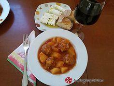 Γουβαρλάκια γιαχνί #sintagespareas #giouvarlakiagiahni Greek Recipes, Soups And Stews, Dinner Recipes, Pork, Beef, Chicken, Ethnic Recipes, Kitchen, Kale Stir Fry