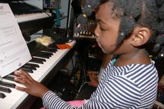 """Noane joue le Do avec le pouce gauche dans """"Ma Toute Petite Méthode de Piano""""."""