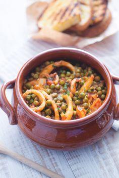 Seppie con piselli: sapori semplici e rustici per un piatto squisitamente italiano. [Stewed cuttlefish with green peas]