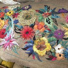 꽃은 피어 나고- . . . 내 생에 처음으로 써 보는 화사한 색감- 오리엔탈풍의 파우치가 갖고 싶어 작업을 시작했는데, 겨우 꽃 몇송이 앉히고 손을 놓고... 놓고 눈이 너무 피곤해... #꽃자수 #화려한색 다모여라 #인내심 #프랑스자수 #embroidery #needlework #handmade #stitch