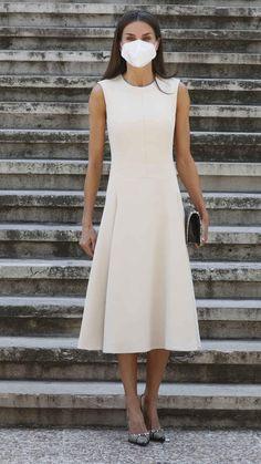 Fashion Idol, Fashion Pics, Fashion Outfits, Style Icons Inspiration, Spain Fashion, Spanish Royal Family, Queen Letizia, Mom Style, Summer Dresses